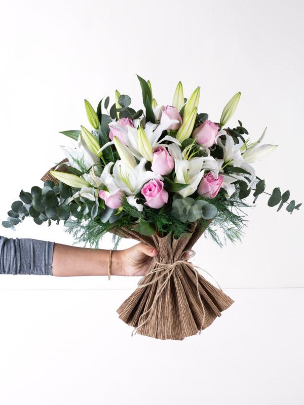 Pembe Güller ve Beyaz Lilyum El Buketi