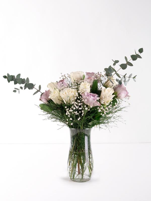 Vazoda Lila ve Beyaz Güller