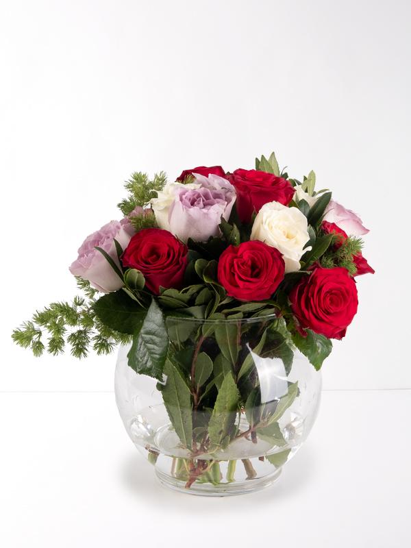Vazoda Kırmızı Beyaz Lila Güller