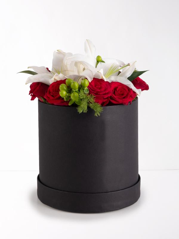 Siyah Silindir Kutuda 9 Kırmızı Gül ve Lilyum