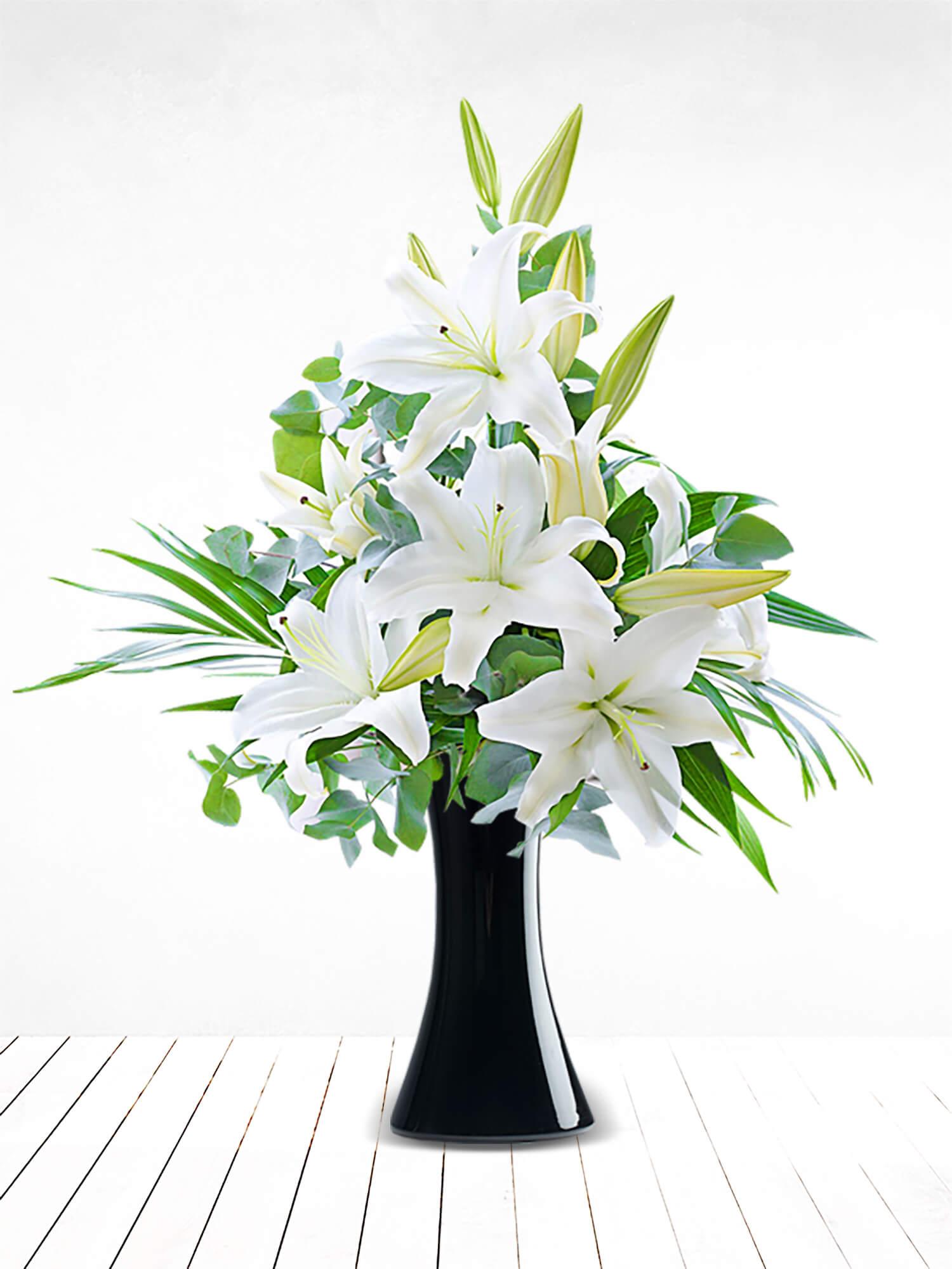 Siyah Vazoda Beyaz Lilyumlar