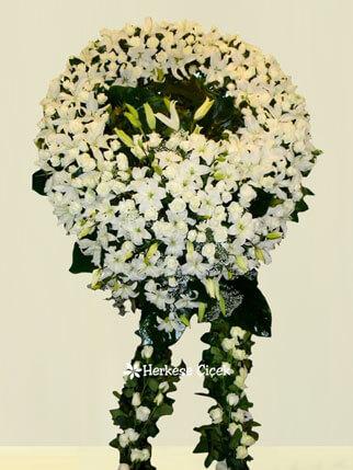 Beyaz Lilyum ve Karanfillerle Cenaze Çelengi